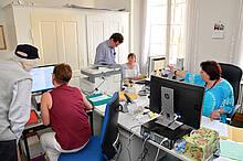 Das Synodalbüro hat auch im digitalen Zeitalter noch alle Hände voll zu tun. Hier arbeiten Mitarbeiterinnen aus den Unitätsverwaltungen Herrnhut und Bad Boll