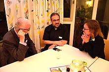 Harald Rückert, Mitte, Bischof der EmK, im Gespräch mit Volker Schulz und Benigna Carstens