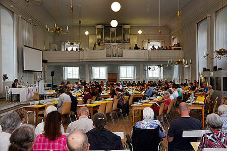 Vor der ersten Sitzung kamen Synode und Gemeinde zur Singstunde zusammen
