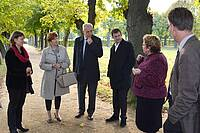 Stanislaw Tillich und seine Gattin in Herrnhut. Pfarrerin Jill Vogt (rechts) erklärt die Besonderheiten des Gottesackers.