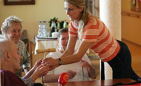 Eine Musiktherapeutin mit Bewohnern des Anna Nitschmann Hauses